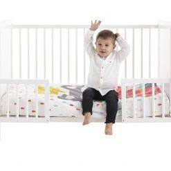 barandillas blancas con niño