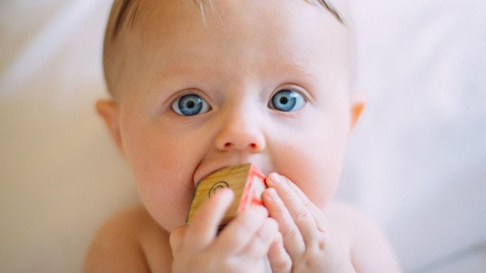 Cómo aliviar las molestias de la salida de los dientes en los bebés